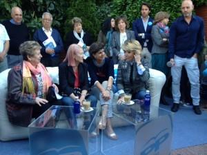 Esperanza Aguirre con María San Gil en el chester hinchable de campaña
