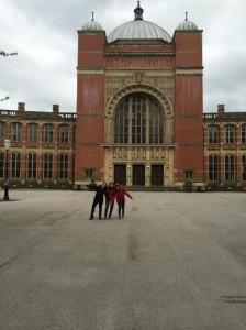 Carlota y unas amigas delante de la universidad de Birmingham