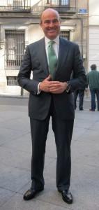 El ministro posa coqueto en la calle Zorrilla