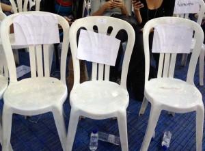 Las sillas reservadas a la santísima trinidad con sus nombres: monedero, iglesias y errejón